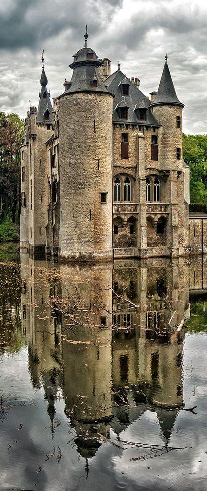 El castillo Vorselaar en Belgica mirándose en el espejo. Vanidad justificada.