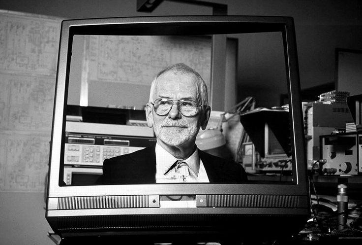 Carlo Vichi - Imprenditore  Comincia a lavorare a metà anni '40 riparando radio in camera da letto. Prende a lavorare per la CGE e per la Minerv. Dopo aver fondato, nel 1945, la VAR (Vichi Apparecchi Radio), che diventa Mivar (Milano Vichi Apparecchi Radio) nel 1955. In seguito avvia la produzione in proprio di apparecchi radiofonici, e a partire dal 1959 porta la MIVAR nel settore dei televisori.