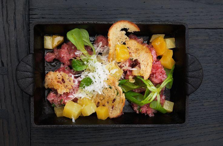 Carne crudo smaksatt med citron, dragon och olivolja, gulbetor, parmesanost och crostini