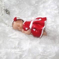 Collier sautoir bébé endormi petite robe rouge en pâte polymère fimo