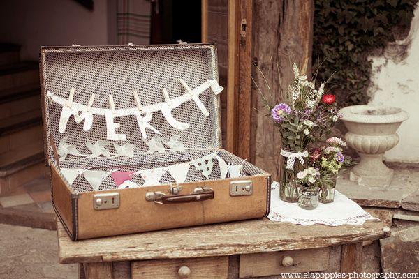 vrai-mariage-Ela-and-the-poppies-photographe-mariage-pays-basque-la-mariee-aux-pieds-nus-livre-d-or-valise