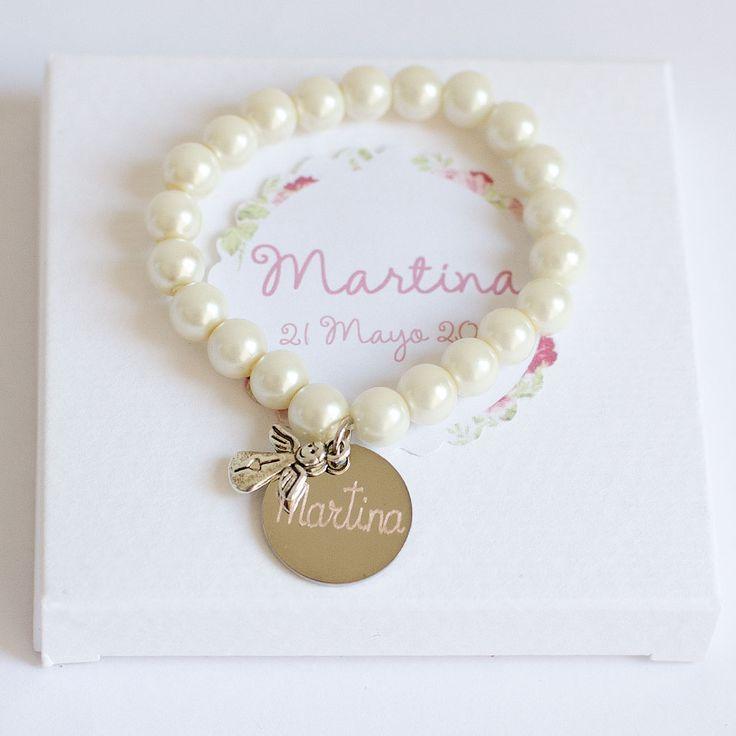 Pulseras de perlas con angel y medalla con el nombre grabado del bebé. Detalles bautizo. Detalles para regalar a los invitados de un bautizo.