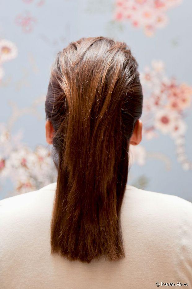 El cabello debe de quedar recogido y uniformemente peinado hacía atrás.