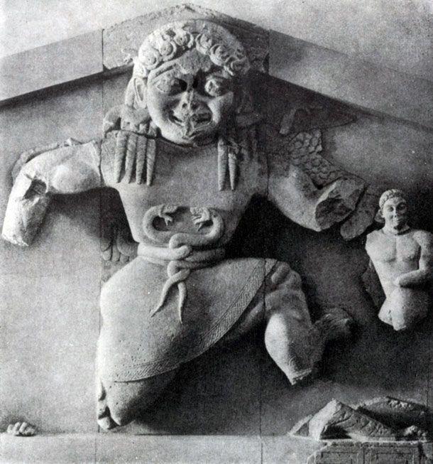 120 а. Медуза. Рельеф фронтона храма Артемиды на острове Корфу. Известняк. Около 590 г. до н. э. Корфу. Музей.
