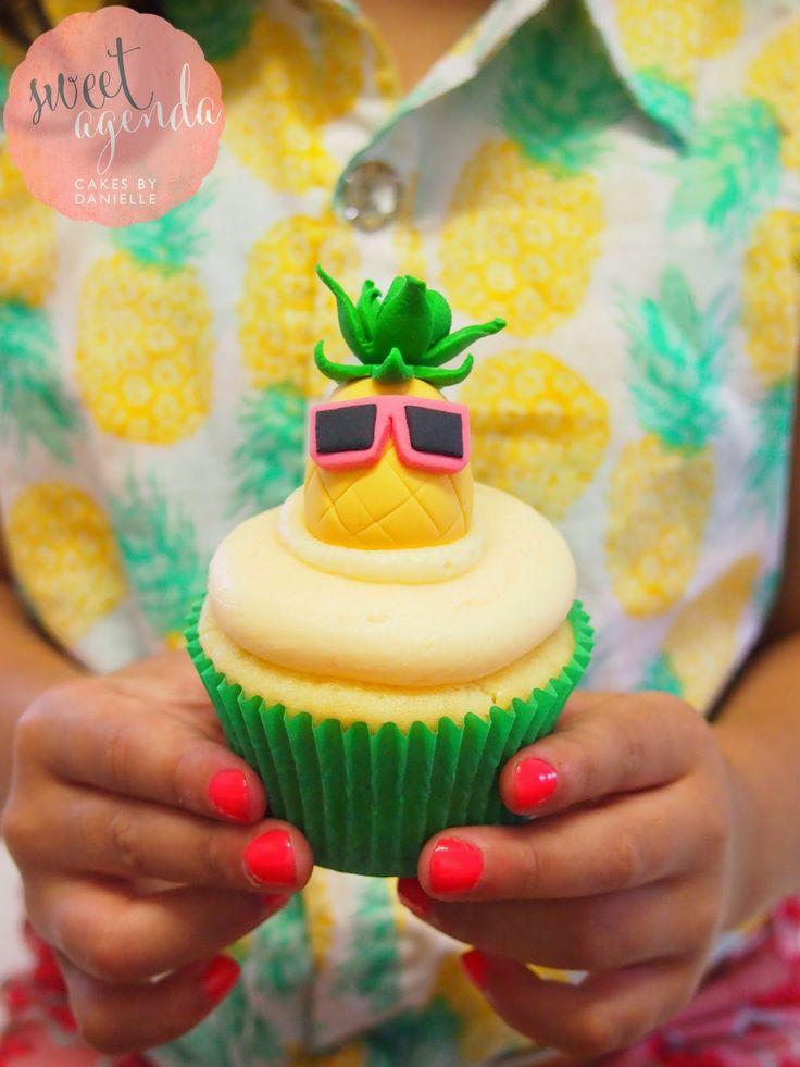 Hawaiian Themed :: Dessert Table! Luau Party Pineapple cupcake topper y Sweet Agenda Cakes