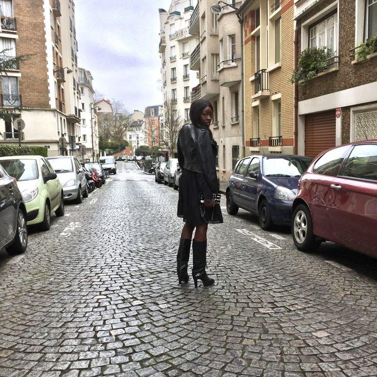 """Aujourd'hui je vous retrouve avec un look """"all black/bohème""""   Composé des pièces suivantes :   Un perfecto en similicuir Zara, la pièce basique à avoir dans sa garde de robe, Une robe fluide, légère de chez H&M, dans laquelle on s'y sent bien *hug, Des bottes cheminée Zara, que j'affectionne particulièrement, Et pour finir mon porte feuille/sac Parfois à motif zébré *féline non ;)"""