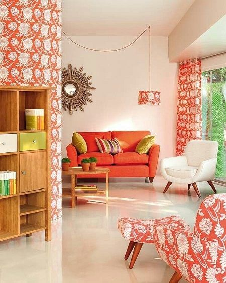 dekorasyonda mercan rengi kullanimi duvar rengi zemin tekstil mobilya mercan rengi beyaz krem yesil mavi gri ile uyumu koltuk tekstil