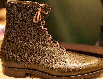 Όταν το κλασικό υπόδημα συνδυάζεται με μπότα τότε μπορεί να φορεθεί άνετα στο γραφείο, για ποτό ή για έξοδο το ΣΚ. Τα συγκεκριμένα μποτάκια δίνουν και μια αίσθηση λίγο casual αν φορεθούν με ρούχα γραφείου