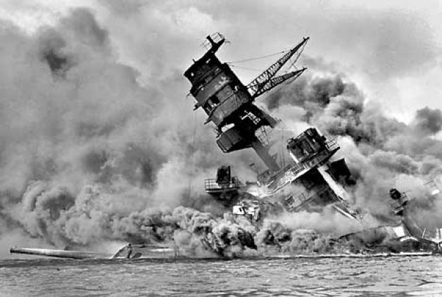 7 december 1941 ~ De Aanval op Pearl Harbor in Hawaii was een verrassingsaanval op de Amerikaanse marinebasis door de Japanse marine. Japan viel aan om ze de Amerikaanse vloot te vernietigen, omdat ze dan geen last zouden hebben van de Amerikaanse vloot op de Stille Oceaan. De Amerikaanse vloot werd zwaar beschadigd en de Japanse vloot nauwelijks. De overwinning ging naar Japan. Een dag later verklaarde de Verenigde Staten de oorlog aan Japan.