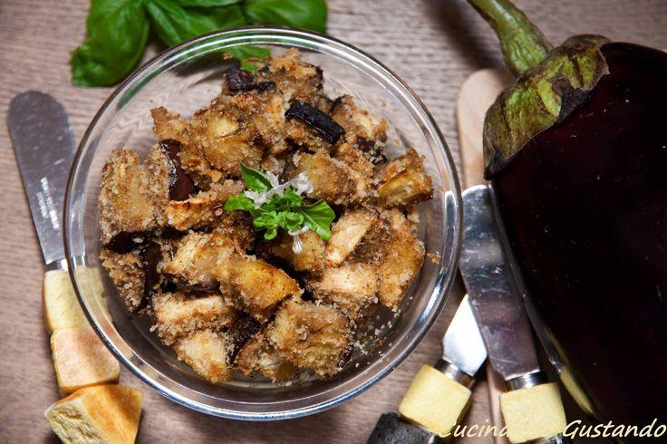 Le Melanzane impanate al forno sono uno squisito contorno ideale per accompagnare piatti a base di carne o da gustare come saporito antipasto .