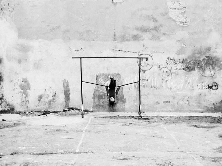 """Z dumą zapowiadamy album fotograficzny Artura Urbańskiego.  """"Od zrobienia ostatniego zdjęcia zamieszczonego w tym albumie minęło ponad dziesięć lat.   Wydaje się, że to niewiele w dwustuletniej skali przemysłowego życia miasta. Gdy dziś patrzę na te zdjęcia, widzę rzeczywistość, której już nie ma. Postindustrialne ruiny bez nadziei na zagospodarowanie, wegetujące małe przedsiębiorstwa w resztkach pozostałych po epoce wielkiego przemysłu, liszaje czynszowych kamienic...""""    Ze wstępu autora"""
