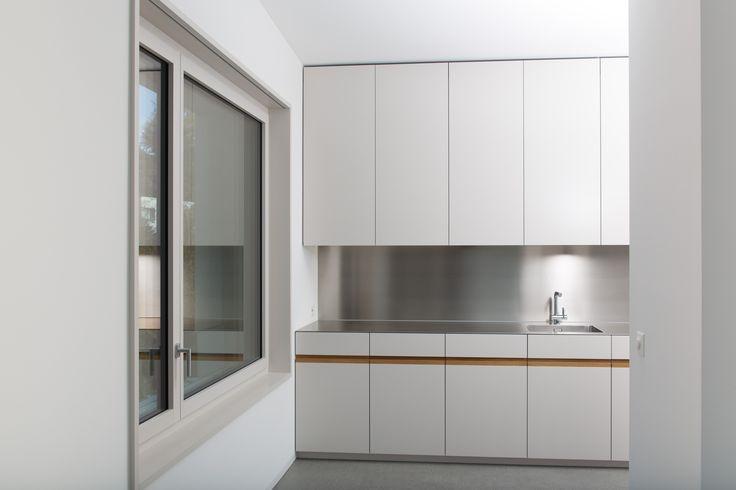 Küche mit Edelstahlabdeckung, weiss lackierten Fronten und ...