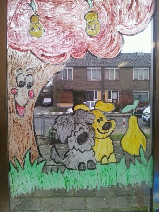 Woezel en Pip op het raam bij de peuterspeelzaal