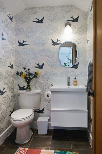 こんな個性的な壁紙でも、トイレならインテリアも合わせやすいですよね。