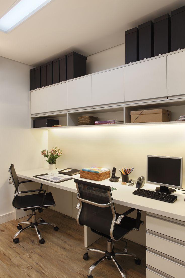 Crear en la zona de arriba del escritorio una zona de armarios para almacenaje y poner iluminación integrada