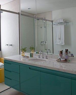 Laca azul dá acabamento ao gabinete do banheiro. O projeto dos arquitetos Carla Mattioli e Maurício Pinheiro (Foto: Lufe Gomes/Editora Globo...