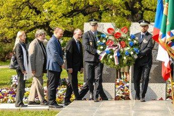 V první den slavností již Plzeň proměnila svou tvář, na stožárech vlají české, americké i belgické vlajky, město se plní návštěvníky. Na několika místech města vznikají vojenské dobové kempy, město se připravuje na páteční hlavní pietní akt u pomníku G. S. Pattona,