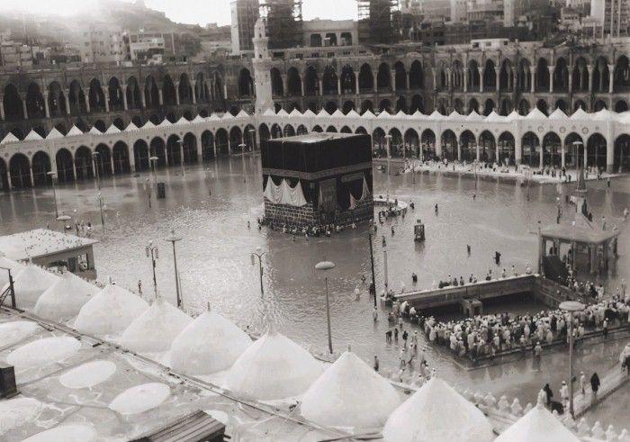 صورة نادرة ذات جودة عالية للأمطار على الحرم المكي الشريف زمن الثمانينات الهجرية.