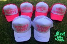Trucker hat con vinil rosa fosforescente para despedida de soltera.