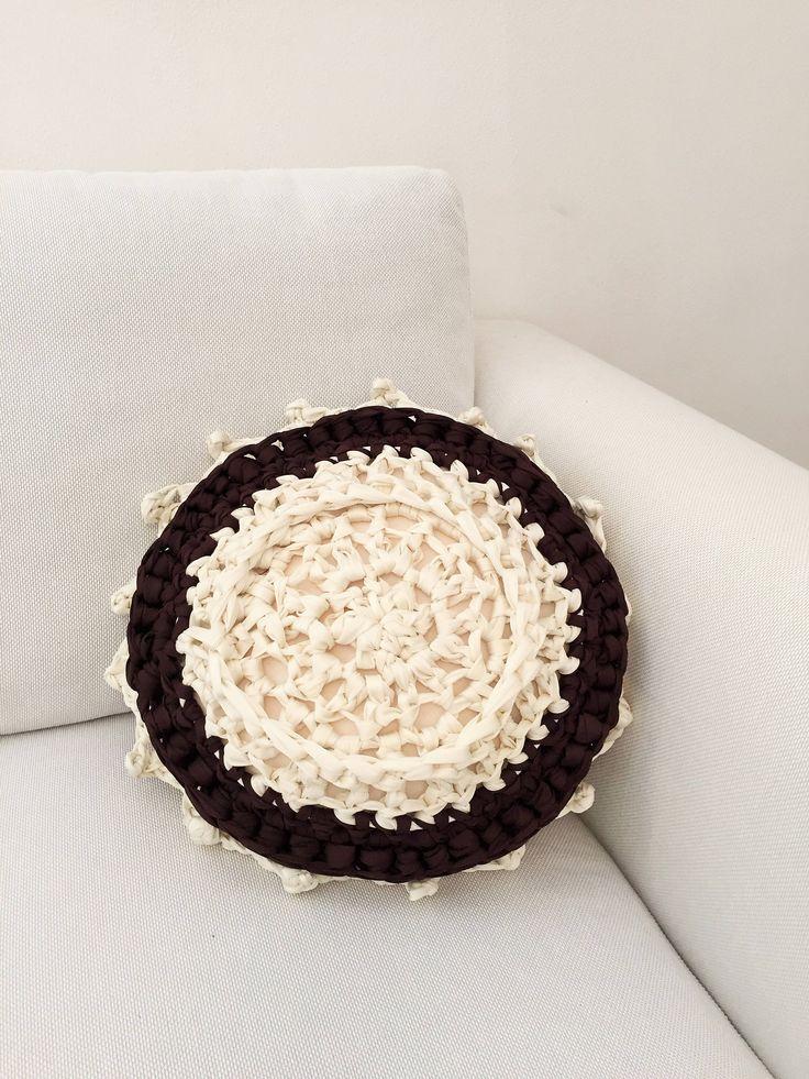 Un preferito personale dal mio negozio Etsy https://www.etsy.com/it/listing/531687493/cuscino-tondo-panna-e-cioccolato