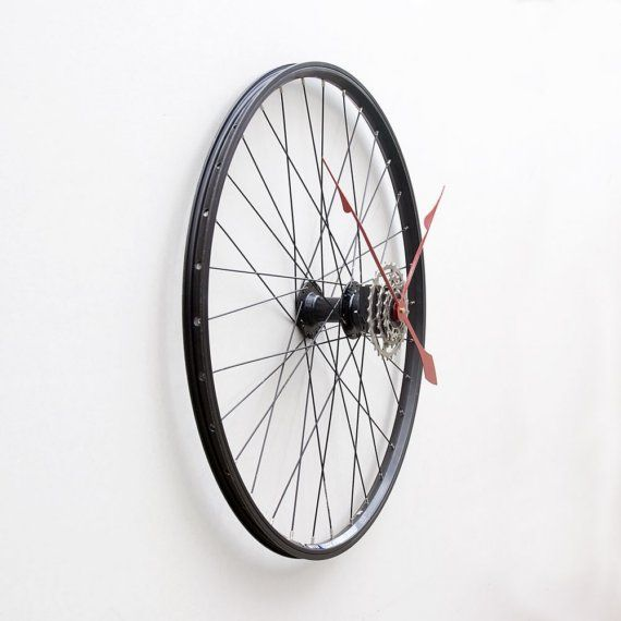 Clock made from a Recycled Bike Wheel par pixelthis sur Etsy