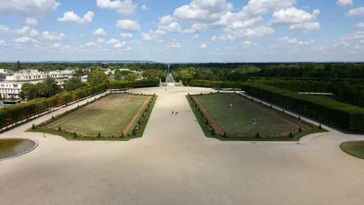 Vue du grand parterre du domaine national de Saint-Germain-en-Laye depuis les toits du château, abritant l'actuel musée d'Archéologie nationale.