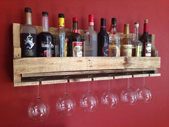 Ce rustique porte verres et bouteille de vin est fait à partir de bois 100 % recyclé. Chaque pièce de bois qui composent le panier est choisi pour donner un look vraiment unique. Toutes les bouteilles de vin sont fait à la main de la ferraille et pas deux sera tout à fait identique en raison des différences dans lapparence physique du bois.  Environ Dimensions - 36 long x 10-1/2 po haut x 4-1/2 po profond  * Livré avec anneau en D cintres, vis et ancrages pour attaché le casier à vin pour le…
