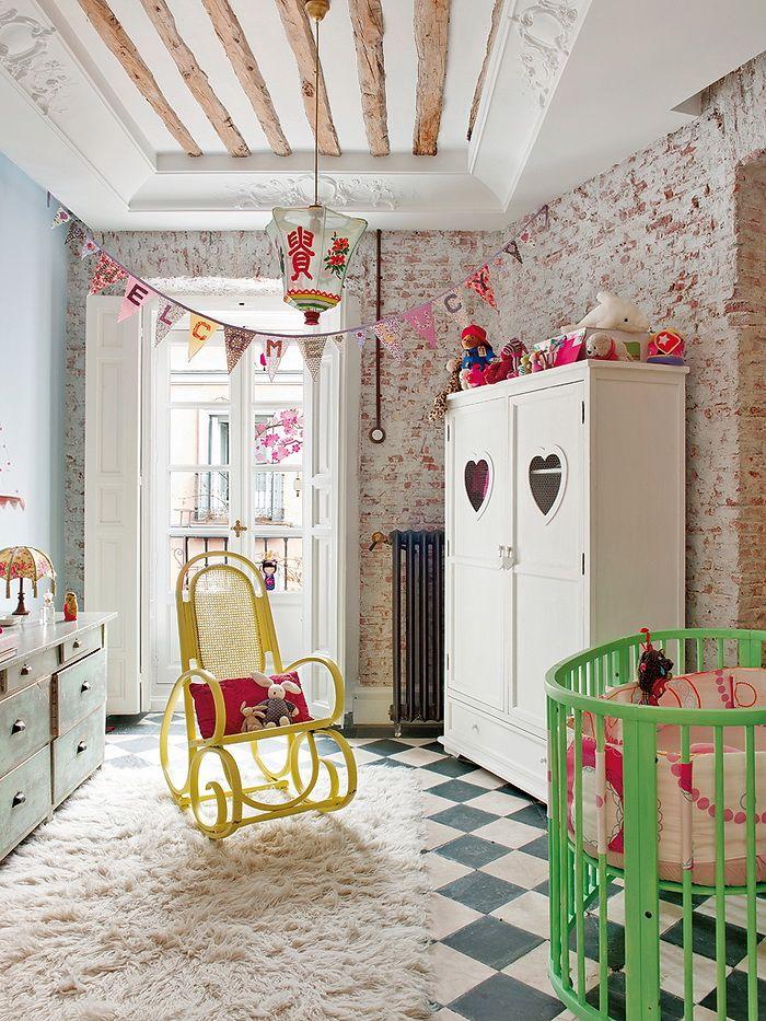 Habitación infantil en piso antiguo con pared de ladrillo Kids room with brick wall