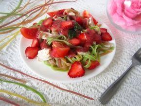 Салат из пасты с клубникой