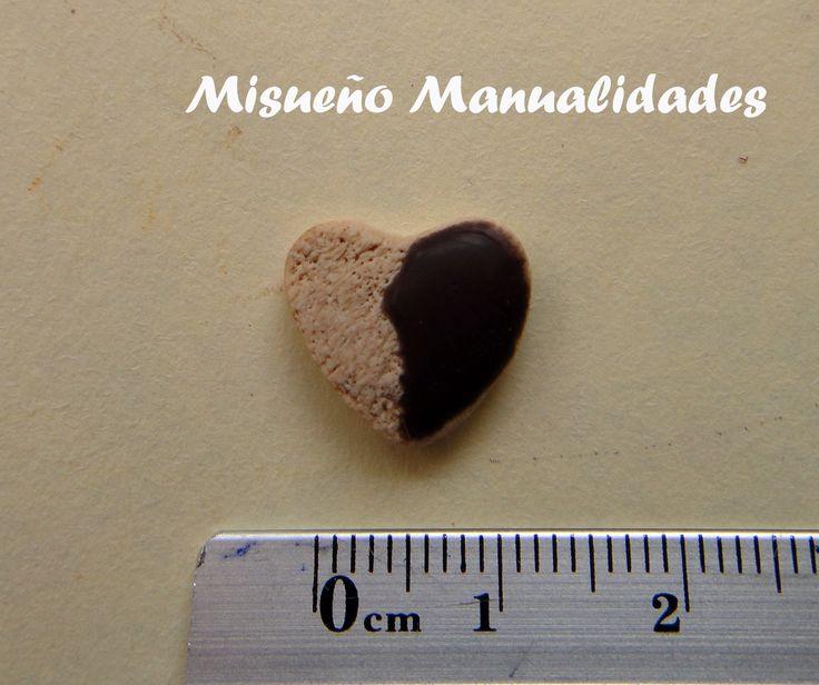 Galletita en forma de corazón con glaseado de chocolate, hecha de Fimo. www.misuenyo.com / www.misuenyo.es