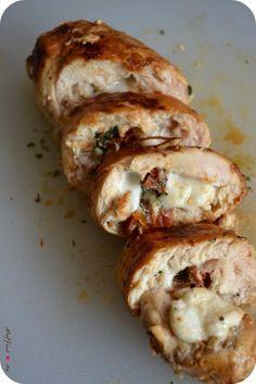 C'est le mi-mi, c'est le ra-ra, c'est le miracle de la recette salée en ce lundi ! Enjoy ;-*) Ingrédients pour 2 personnes : 2 escalopes de poulet bien aplaties - 1/2 boule de mozzarella - quelques tomates séchées coupées en dés - du basilic (frais c'est...