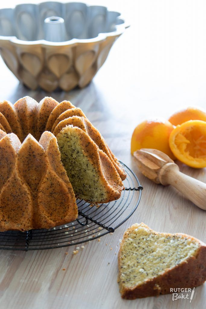 Deze sinaasappel-maanzaadtulband is heerlijk smeuïg en fris van smaak! Je kunt dit recept ook in een gewone cakevorm bakken.