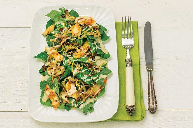 A estrutura é inspirada na clássica caesar: folhas   frango   molho cremoso. Mas o sabor é incomparável. Resultado: uma salada-refeição, como a clássica ceasar, mas cheia de novidade na composição.