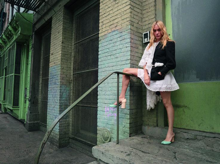 Thierry Mugler Jacke aus den 90er Jahren, maßgeschneidertes Kleid mit einem Unterrock und Spitzen-Details aus dem Jahr 1900, handbemalte Tabi Pumps von Maison Martin Margiela aus den 2000ern.