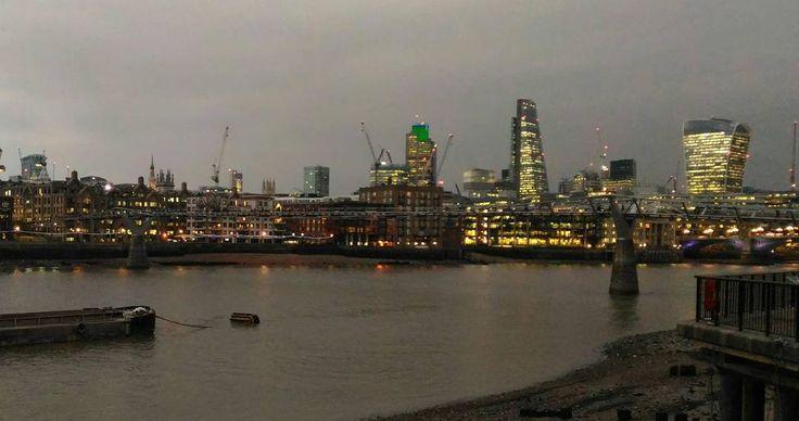 Qué difícil es sacar un #skyline de #londres sin #gruas!  #igersaragon #igerszgz Y me dormiré pensando que paseo por el Soho. Buenas noches amig@s  #london #thames #tamesis #támesis #cranes #Londonshots #londonpics #londres #buildings #nightpics #nightpictures #sunset #ocaso #crepusculo
