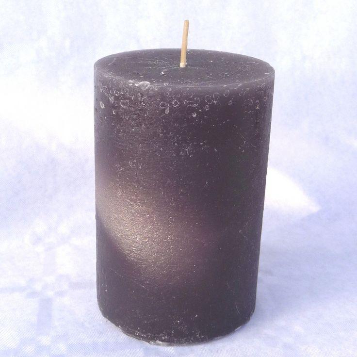 Rustieke kaarsen in bijpassende kleuren zijn zo sfeervol.