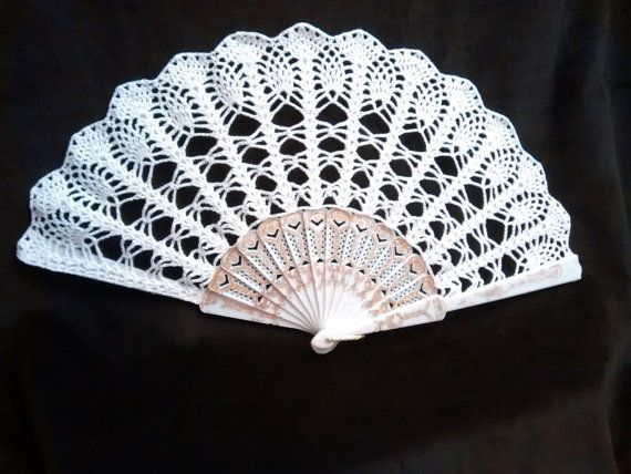 Crocheted hand fan wedding fan spanish fan por RDvintagencrochet