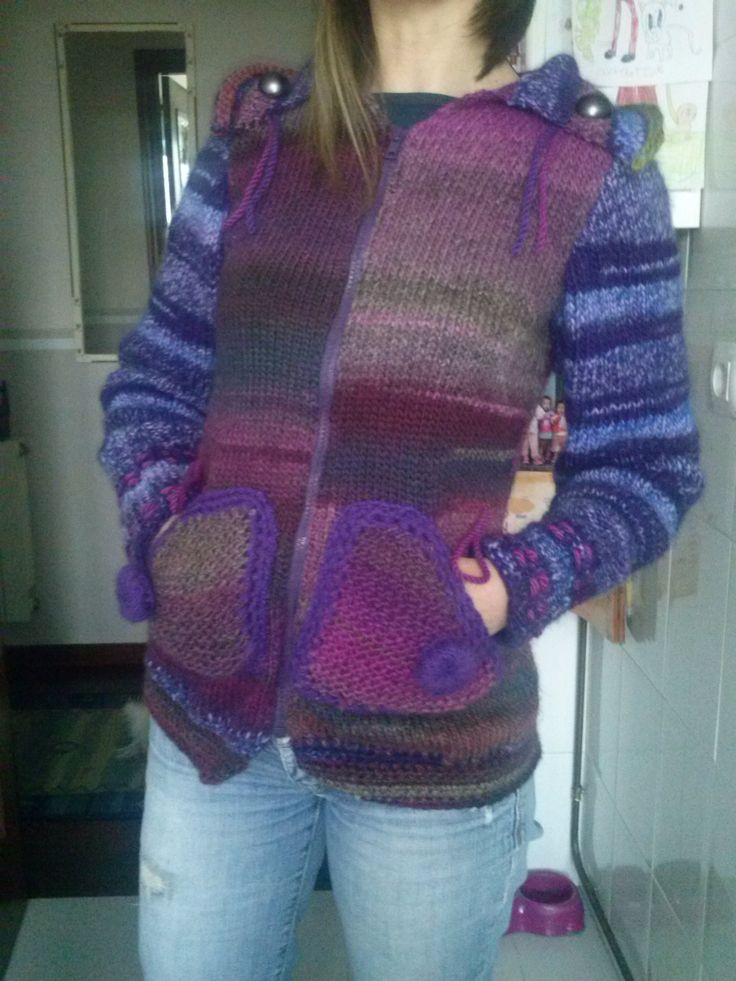 Chaqueta tejida en dos agujas,colorida y con detalles en el cuello y bolsillos.