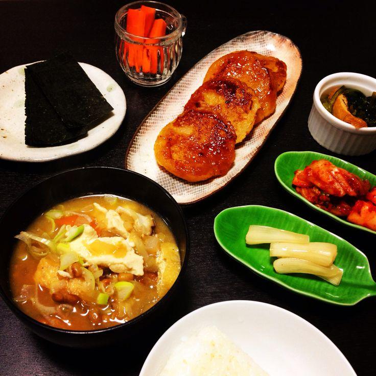 メインはすりおろしにんじん入りのれんこんもち。しょうが玉ねぎ椎茸にんじん豆腐あぶらげねぎと納豆の味噌汁。今日は一日中デトックスデーしました。grated lotus root and carrot cake flavored with soy sauce, miso soup with natto, shiitake mushroom, leek, tofu, fried tofu, onion, carrot, and ginger! was my detoxing day!