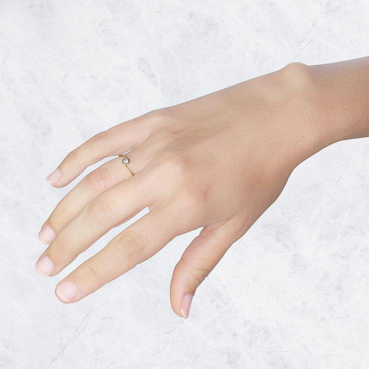 Este anillo de compromiso de oro de 18 quilates amarillo tiene un diamante brillante 0.10ct. Un original diseño para un momento especial. #anillo #compromiso #argyor