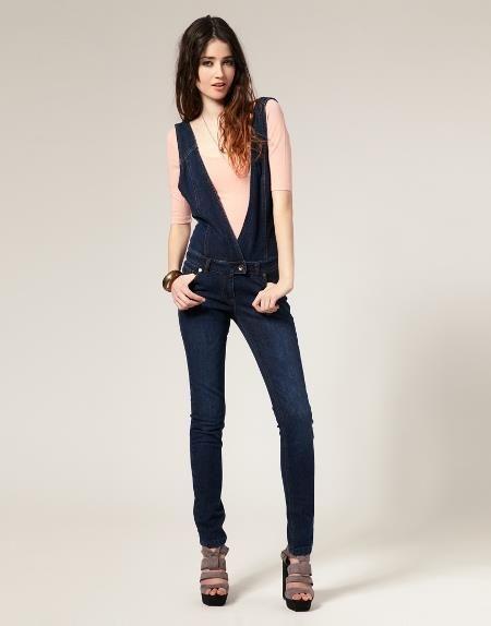 Джинсовый комбинезон рубашка и джинсы