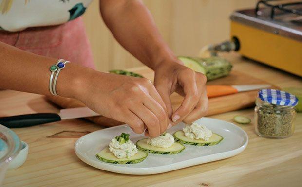 Já pensou em comer queijo sem leite? Bela Gil prepara queijo vegano para rechear fatias de abobrinha.