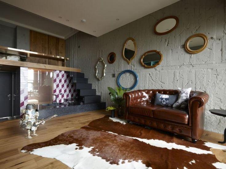 Chesterfield Sofa aus braunem Leder kombiniert sich mit dem Fellteppich
