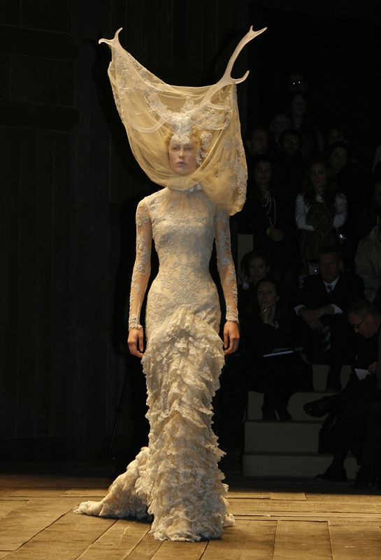 "L'exposition ""Alexander McQueen : Savage Beauty"" au V&A http://www.vogue.fr/mode/news-mode/diaporama/l-exposition-alexander-mcqueen-savage-beauty-au-v-a/18503/image/995995"
