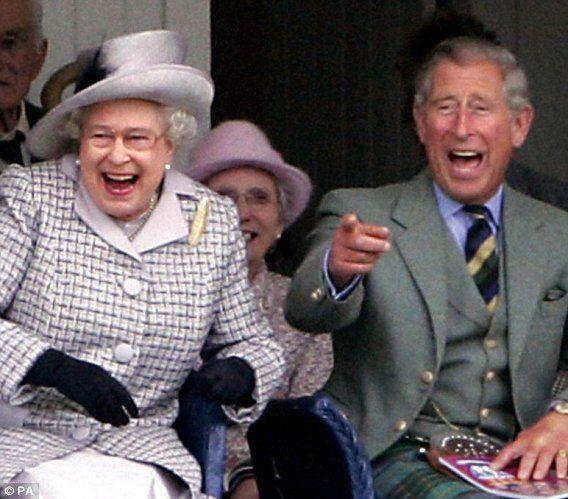 La reina Isabel y el príncipe Carlos.