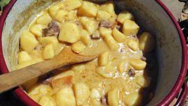 Gryde med bøffel og stuvede kartofler