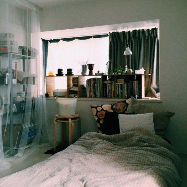 天井にポールを付けて、透け感のあるネットカーテンを吊るすアイデア。 ベッドコーナーに吊るせばよりリゾートホテルのような雰囲気に!