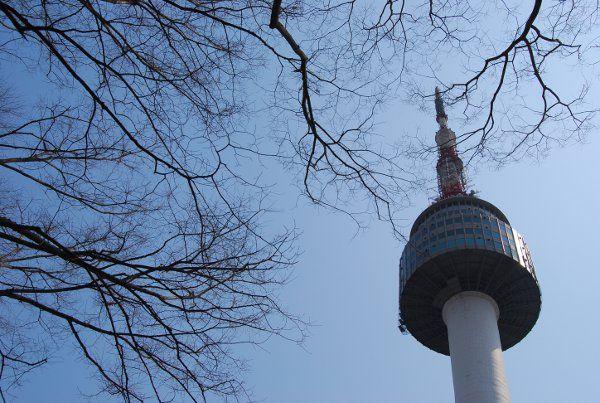 La N Seoul Tower nos recuerda al Pirulí de Madrid, aunque nos regala unas vistas de Seúl sensacionales  http://elpachinko.com/viajes-corea/n-seoul-tower-torre-de-seul/