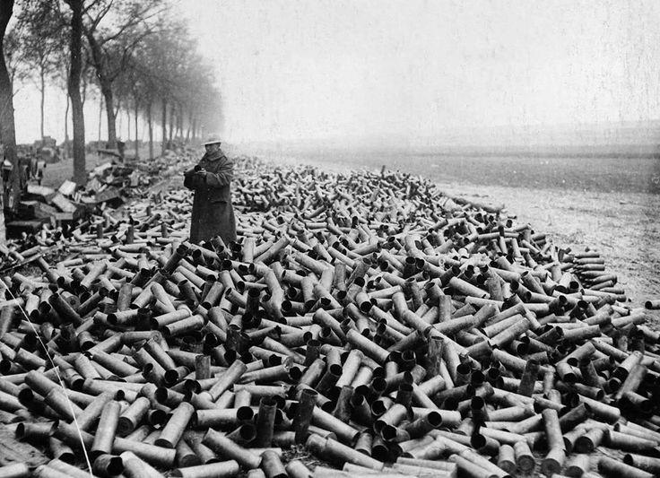 Los cartuchos de un bombardeo aliado llegan a la costa alemana arrastradas por el mar, 1916
