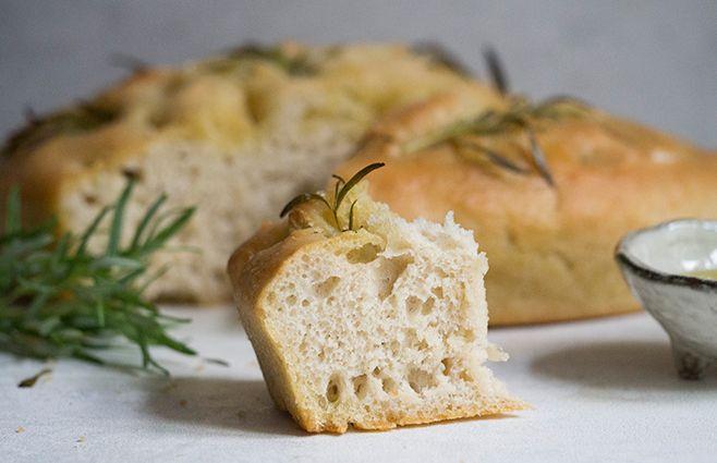 Jeg ved godt, at i disse hvede-forskrækkede tider, er foccacia måske ikke noget vi nyder hver dag, men ååååh, hvor smager det dog godt. Tænk, et brød som simpelthen bliver svampet af at være dryppet med så rigelige mængder af olivenolie - det er da skønt!! Den intense smag af olivenolie og rosmarin er vidunderlig, og selve brødet, som lægger op til at man blot brækker stykke efter stykke af, passer så fint til en uhøjtidelig middag eller en tur i det grønne. Man behøver ikke smørret…